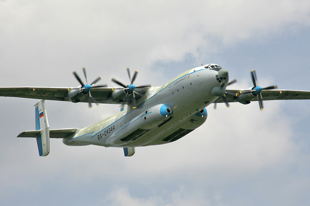 Russian_Air_Force_An-22_RA-09344_Monino_2006-6-3
