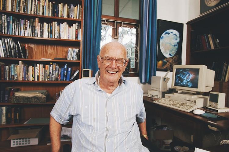 Писатель скончался утром 19 марта 2008 года, на 91-м году жизни, из-за проблем с дыханием, связанных с постполиомиелитным синдромом.