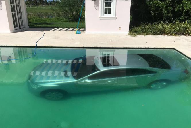 Российская фотомодель утопила в бассейне роскошный Mercedes S400 богатого бойфренда