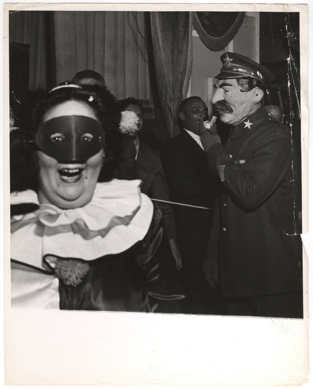 Bal-Maskarad_Uoldorf_Astoriia_Niu-Iork_1943