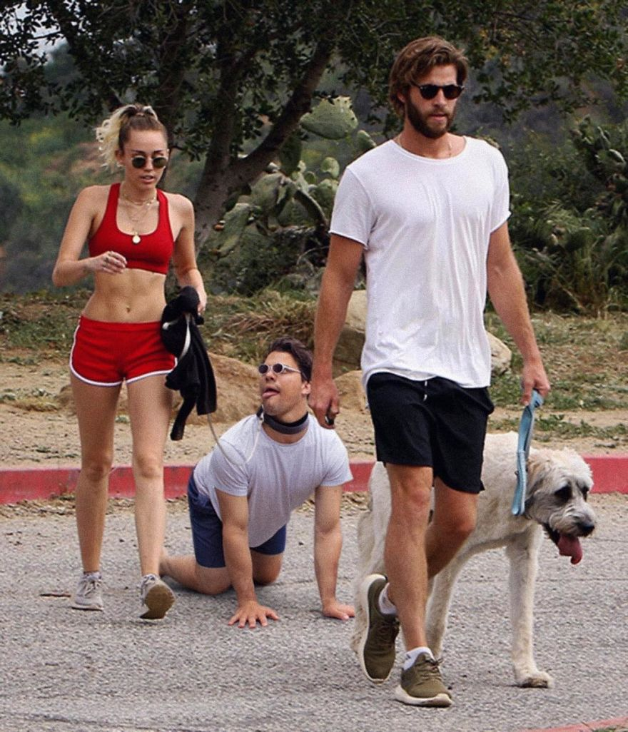 celebrity-pic-photobomp-photoshop-average-rob-31-59cded43d21fd__880