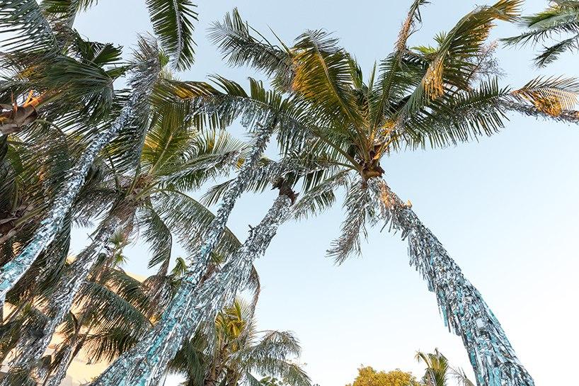 Пальмы одетые в мишуру во время художественной недели в Майами