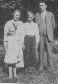 Берта-и-Феодор-Кампрад-со-своими-детьми-Ингваром-и-его-сестрой-Керстин-которая-младше-Ингвара-на-четыре-года