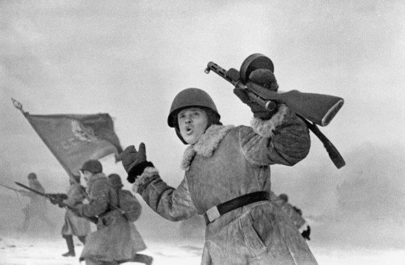 Защитники Ленинграда идут в атаку