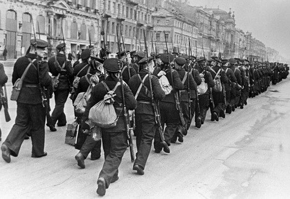 Моряки идут на фронт по улицам Ленинграда, октябрь 1941 года