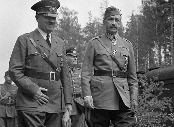 Адольф Гитлер и Карл Маннергейм (справа)