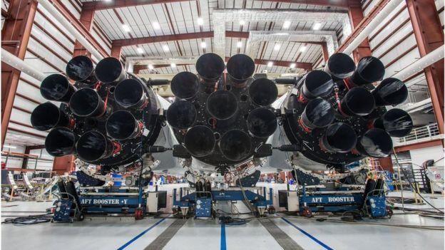 У первой ступени Falcon Heavy 27 двигателей. По сути, это три соединенных ракеты-носителя Falcon 9