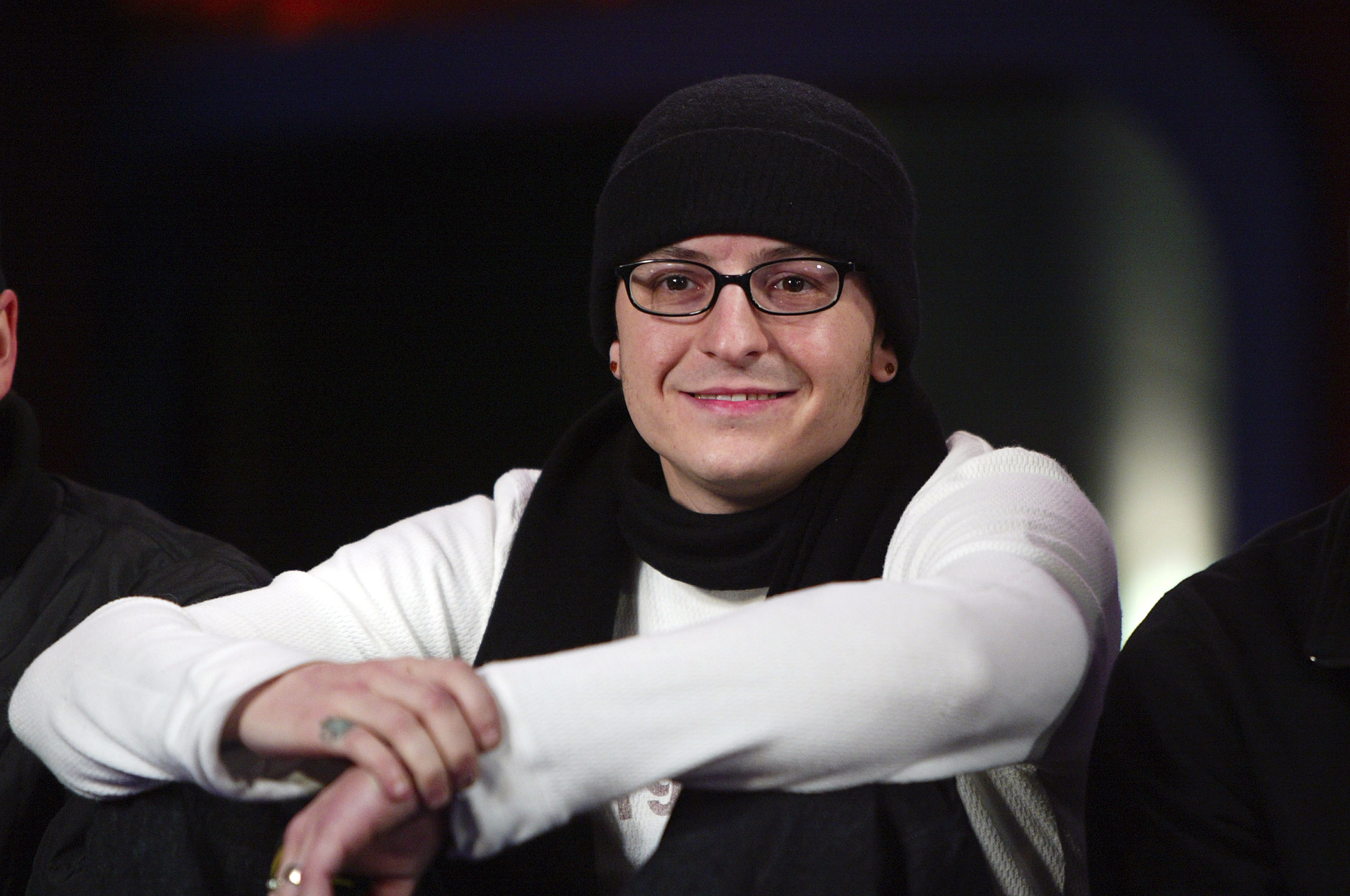NEW YORK -DECEMBER 4: Linkin Park lead singer Chester Bennington appears on Fuse's IMX show at Fuse's IMX Studios in Penn Plaza December 4, 2003 in New York City.  (Photo by Scott Gries/Getty Images)