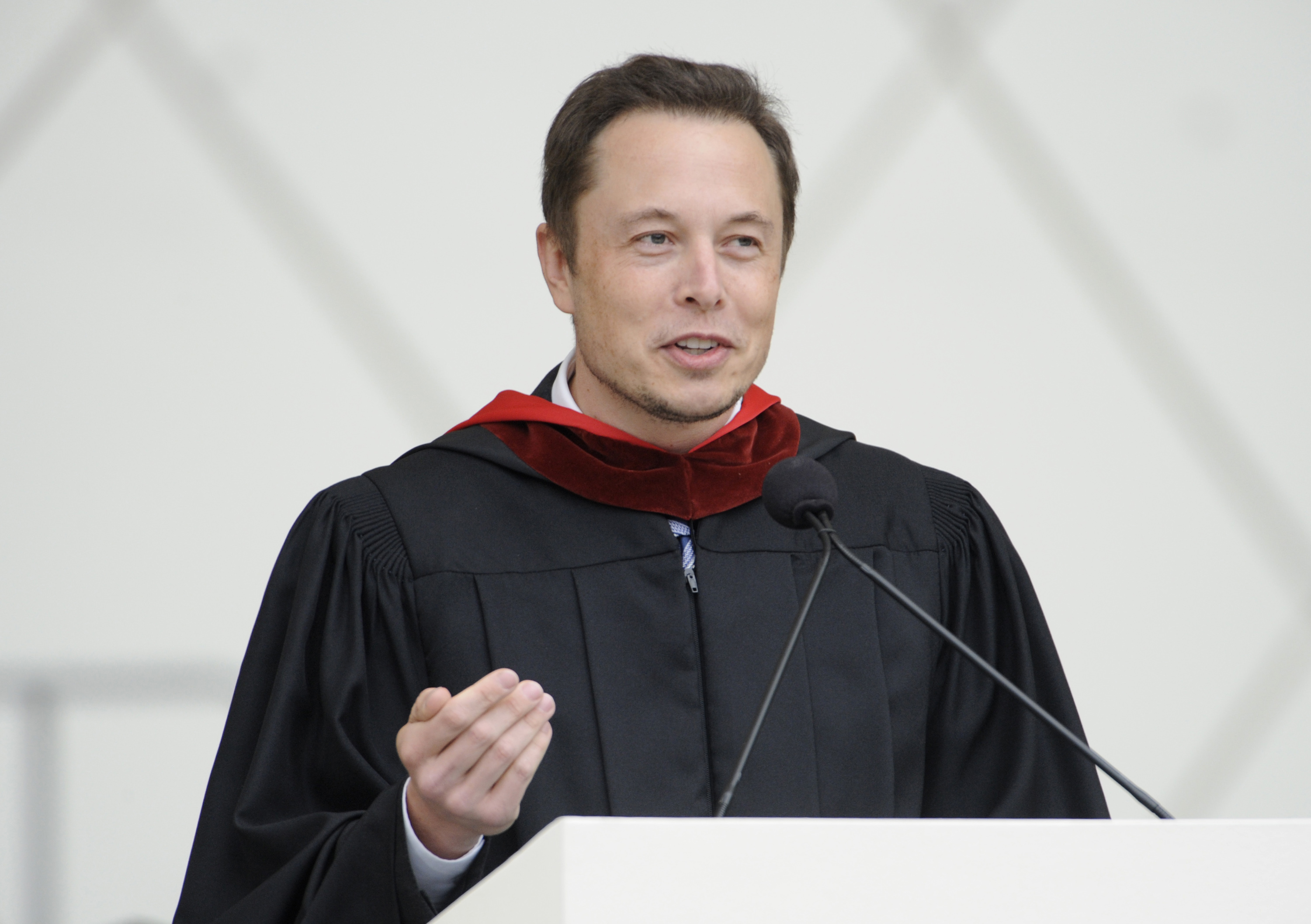 Elon Musk, co-founder of SpaceX and Tesla Motors, speaks at the California Institute of Technology commencement ceremony in Pasadena, California June 15, 2012. REUTERS/Phil McCarten (UNITED STATES - Tags: SCIENCE TECHNOLOGY EDUCATION BUSINESS) - RTR33OCU