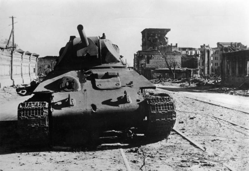 Zeugen schwerster Kämpfe in Stalingrad Die Straßen von Stalingrad scheinen völlig ausgestorben. Zerschossene Panzer und Ruinen kennzeichnen das Bild. Doch hinter den Mauerresten hält sich der Feind verborgen, um in heimtückischer Kampfesweise immer wieder erneut herauszubrechen. PK-Aufnahme: Kriegsberichter Herber (Sch) 8.10.42 [Herausgabedatum]