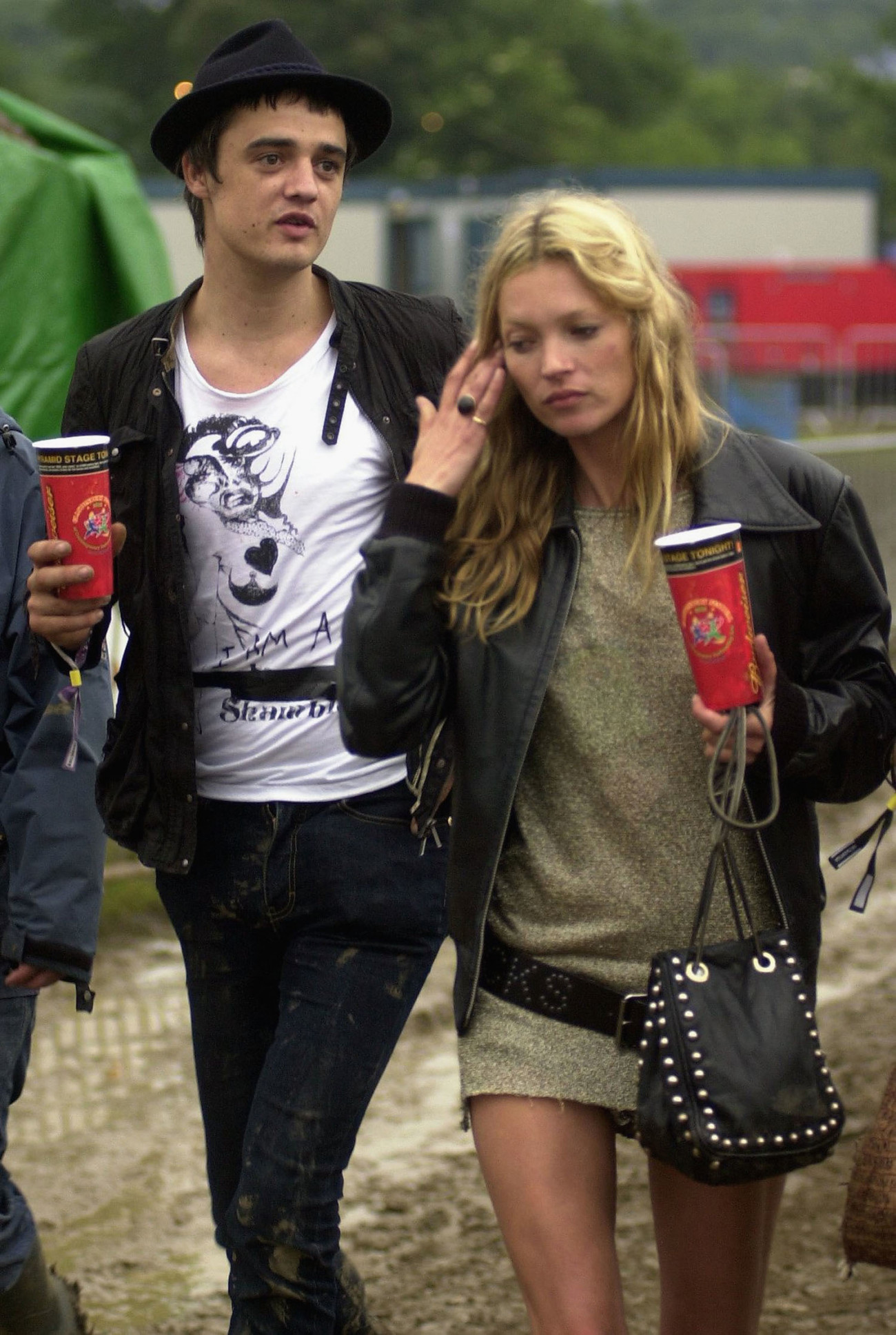 GLASTONBURY, ENGLAND - JUNE 25: Kate Moss and Pete Doherty walk backstage on the second day of the Glastonbury Music Festival 2005 at Worthy Farm, Pilton on June 25, 2005 in Somerset, England. Pete Doherty was at the festival to perform with his band Babyshambles. The festival runs until June 26. (Photo by Matt Cardy/Getty Images)  *** Local Caption *** Kate Moss;Pete Doherty