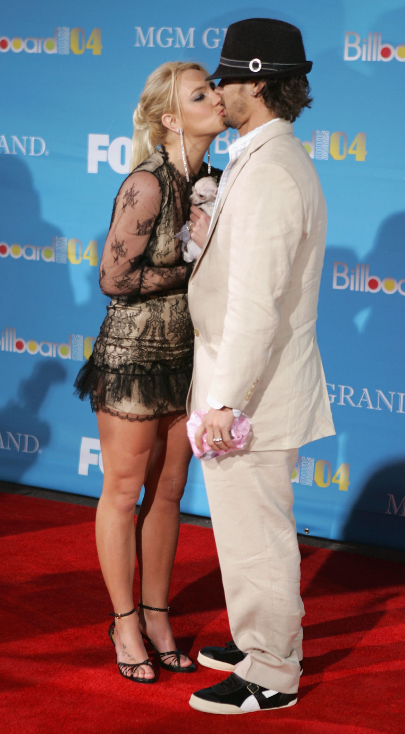 LAS VEGAS - DECEMBER 8:  Singer Britney Spears and husband Kevin Federline kiss as they arrive at the 2004 Billboard Music Awards on December 8, 2004 at the MGM Grand Garden Arena, in Las Vegas, Nevada. (Photo by Frazer Harrison/Getty Images)