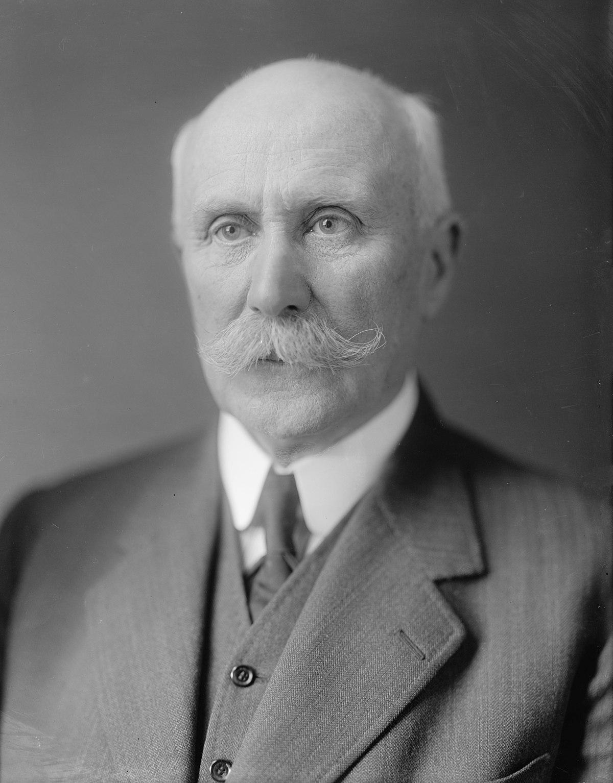 В июне 1940 после разгрома Франции возглавил как премьер-министр правительство (режим Виши),