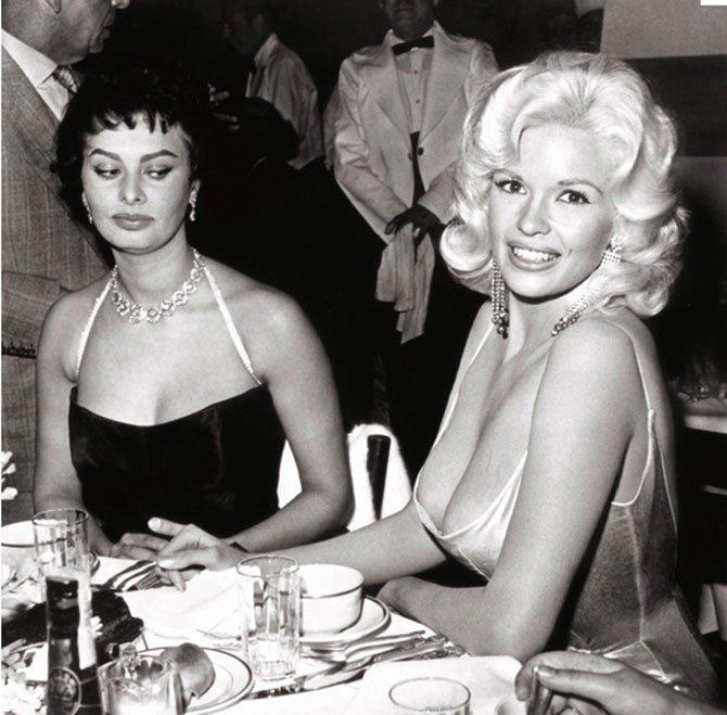 Знаменитая фотография,на которой Софи Лорен осуждающе смотрит на Мэнсфилд, явившуюся на чествование Лорен с поистине супер-декольте
