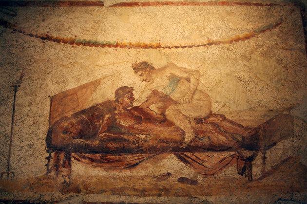 Это эротические фрески, обнаруженные в 1862 году на стенах некоторых домов в городе Помпеи, раскопанном археологами из под многометрового слоя