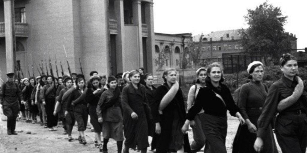 Бойцы всевобуча маршируют по московским улицам, Москва, 1 сентября 1941 года