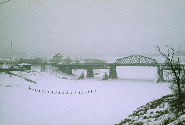 Мост через реку Тура в Тюмени. Урок физкультуры на лыжах.