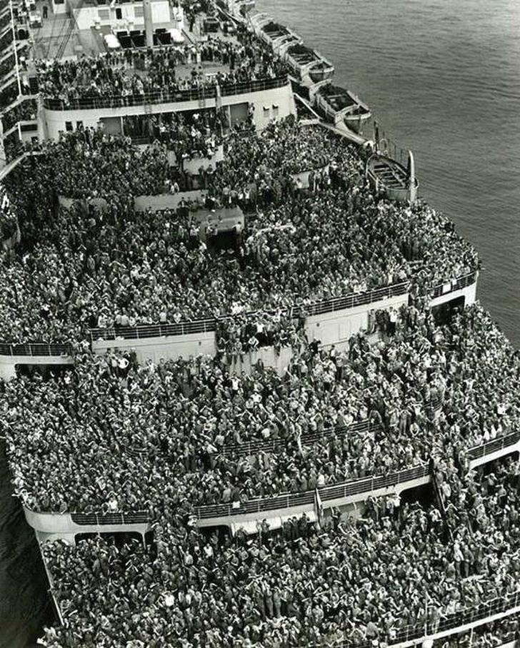 Лайнер Queen Elizabeth перевозит американские войска в гавань Нью-Йорка. Конец Второй мировой войны, 1945 год