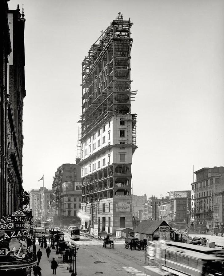 Строительство на площади Нью-Йорка, именуемой Лонгакр-сквером. Спустя год она получит название Таймс-сквер. 1903 год