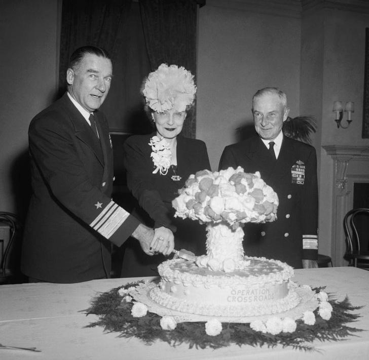 Адмирал Уильям Блэнди и его жена разрезают пирог в форме грибовидного облака, отмечая атомные испытания 1946 года на атолле Бикини
