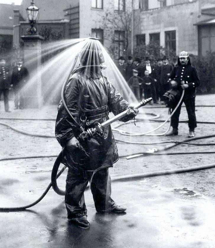 Публичная демонстрация пожарного шлема с водяным душем компании König. Германия, 1900-е