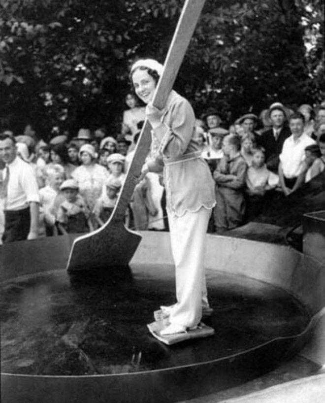Женщина в гигантской сковороде с беконом, привязанным к её ногам, 1931
