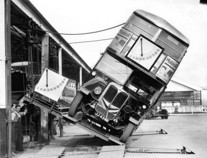 Наглядное доказательство того, что двухэтажные автобусы не опасны к опрокидыванию, 1933