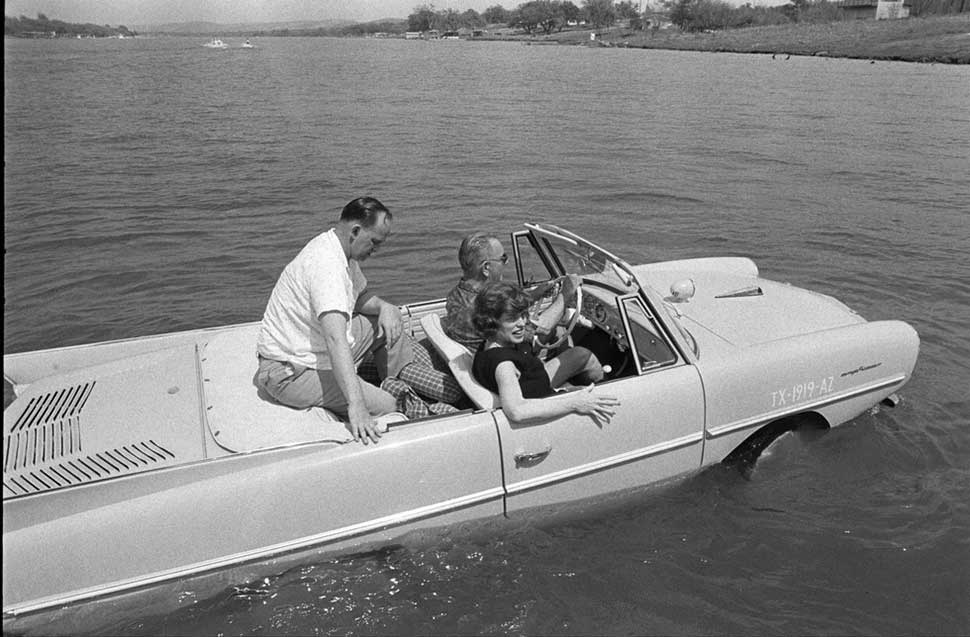 Линдон Джонсон и его автомобиль-амфибия