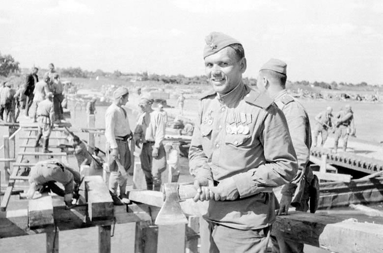 Гвардии старшина Фокин и бойцы Красной Армии строят мост через реку Сирет