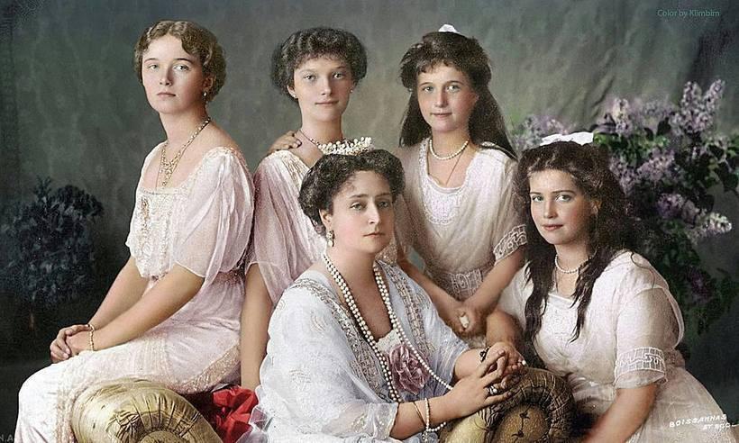 Четыре дочери Романовых со своей матерью, царицей Александрой, 1913 год