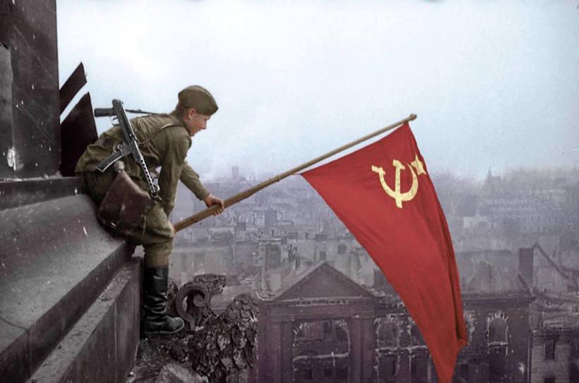 Солдат с советским флагом, Берлин, 1945 год