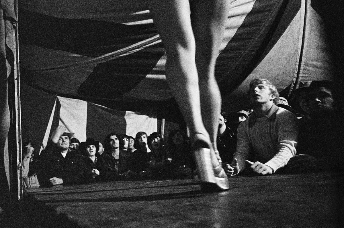 Karnavalnye-striptizershi-Fotograf-Syuzen-Meyzelas_3