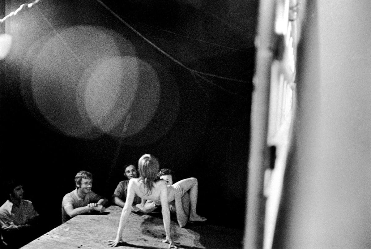 Karnavalnye-striptizershi-Fotograf-Syuzen-Meyzelas_35