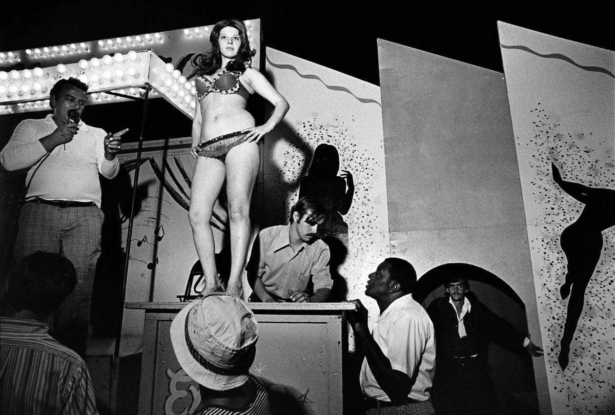 Karnavalnye-striptizershi-Fotograf-Syuzen-Meyzelas_5