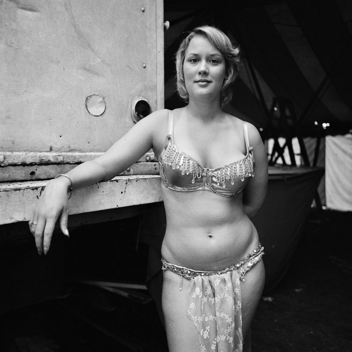 Karnavalnye-striptizershi-Fotograf-Syuzen-Meyzelas_8