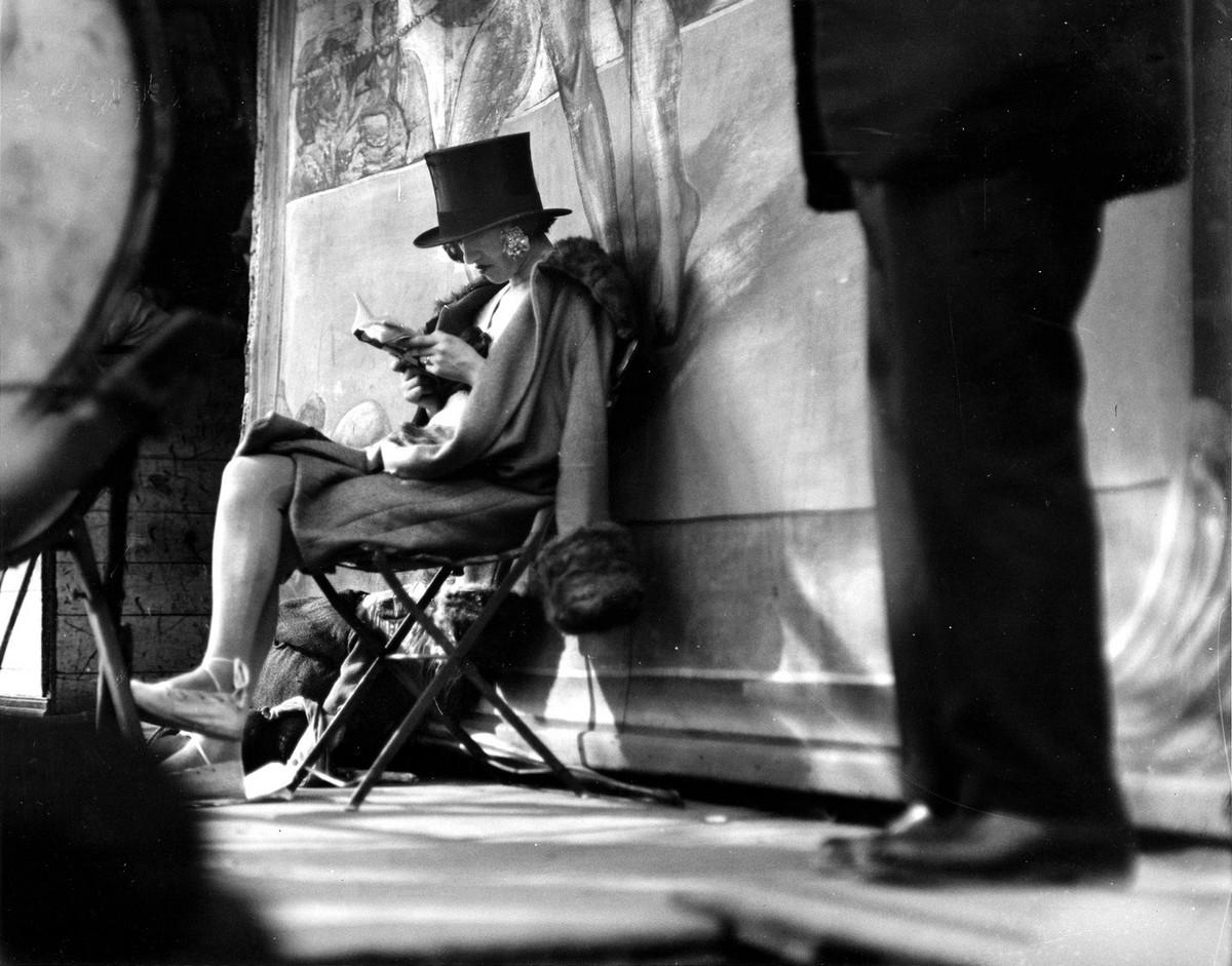 AndrŽ KertŽsz (France, born Hungary, 1894-1985) ÓCarnival, Paris (woman reading behind stage)Ó 1926 Gelatin silver print 10 3/4 x 13 inches © Courtesy Estate of AndrŽ KertŽsz/Higher Pictures 2007