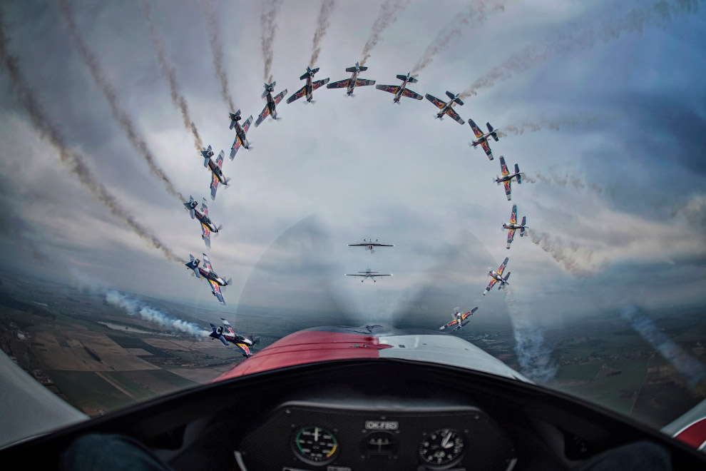 Победитель в категории «Последовательность фотографий». Самолет выполняет трюк в Чехии.