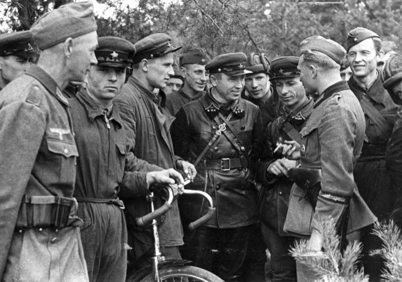 Немецкие солдаты 689-й роты пропаганды беседует с командирами 29-й танковой бригады Красной Армии в Брест-Литовске