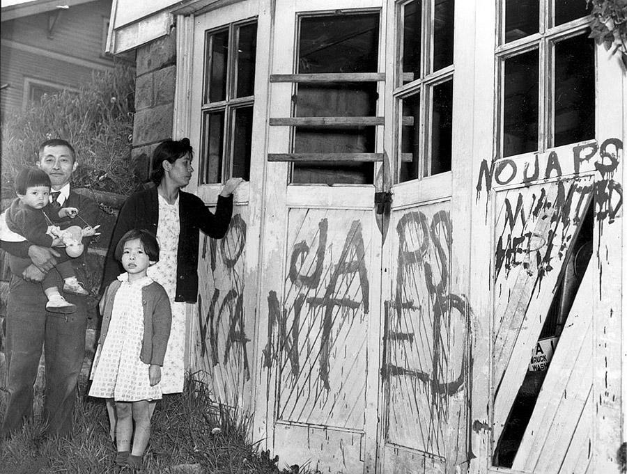 Японская семья возвращается домой (Сиэтл, шт. Вашингтон)   из лагеря для интернированных японцев в Айдахо, 10 мая 1945 года