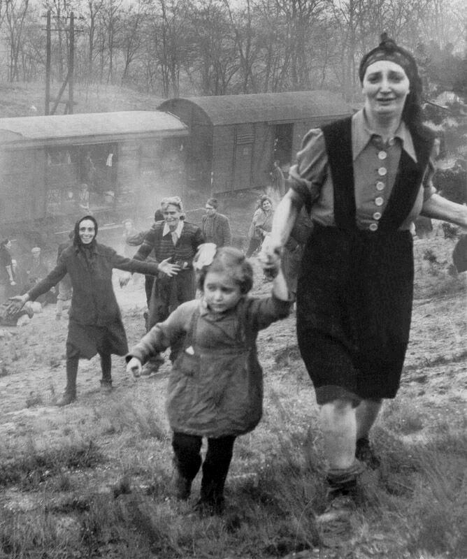Пленные евреи увидели солдат союзников и поняли, что свободны, апрель 1945 года