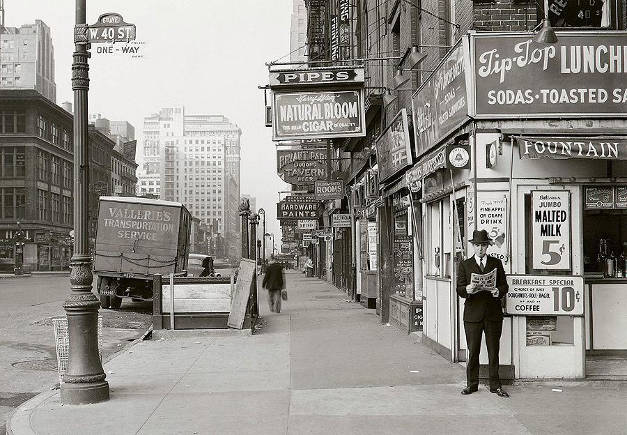 Житель Нью-Йорка читает газету, заголовок гласит:  «Нацистская армия в 75 милях от Парижа», 18 мая 1940 года