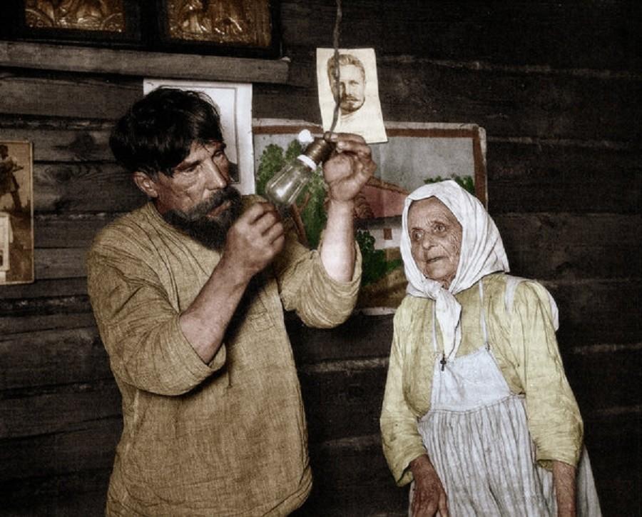 Русским крестьянам проводят электричество, 1920 год