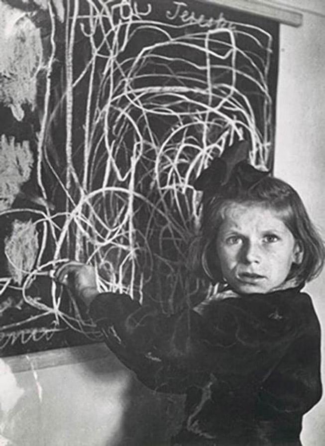 Терезка выросла в концентрационном лагере, после войны жила в интернате для детей с отставанием в развитии. На фото она рисует свой дом