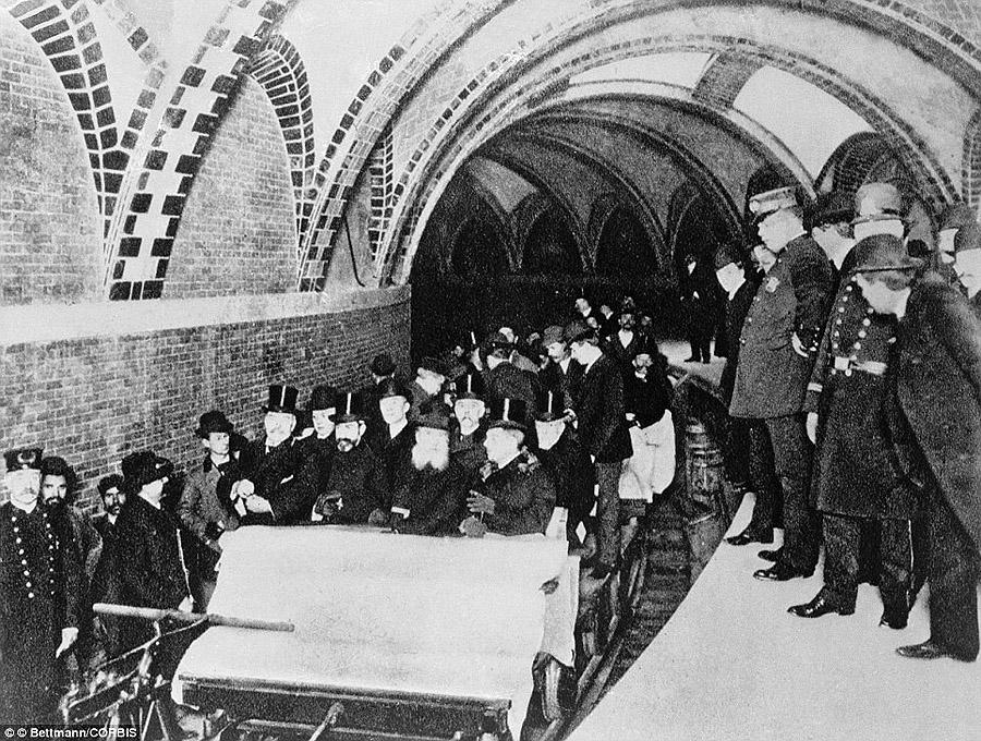 Первые пассажиры первого нью-йоркского метро, 1904 год