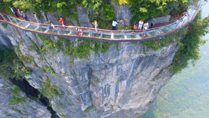 Мост из стекла в Китае побил все рекорды: фото с высоты полета