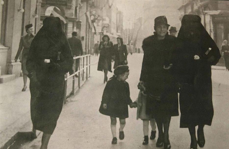 Мусульманка прикрывает желтую звезду своей еврейской соседки вуалью, чтобы ее никто не увидел. Сараево, бывшая Югославия. 1941 год