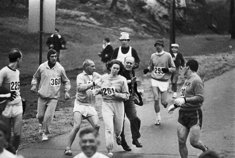 Кэтрин Свитцер стала первой женщиной, пробежавшей Бостонский марафон, несмотря на попытки организатора остановить ее. 1967 год