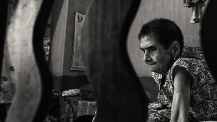 Тоска и боль: жизнь одинокой старушки в фото Джойдип Мукерджи