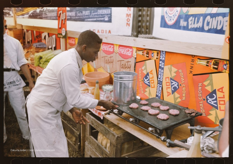 Работник ресторана быстрого питания делает бургеры. 1938 год