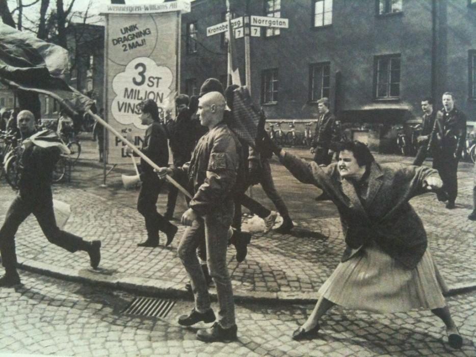 Шведка бьет неонациста сумкой. Предположительно, эта женщина пережила концлагерь. 1985 год